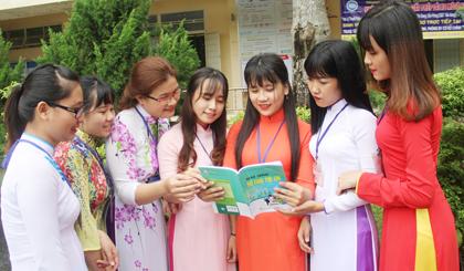 Nữ sinh nhà trường đang trao đổi bài cùng bạn.
