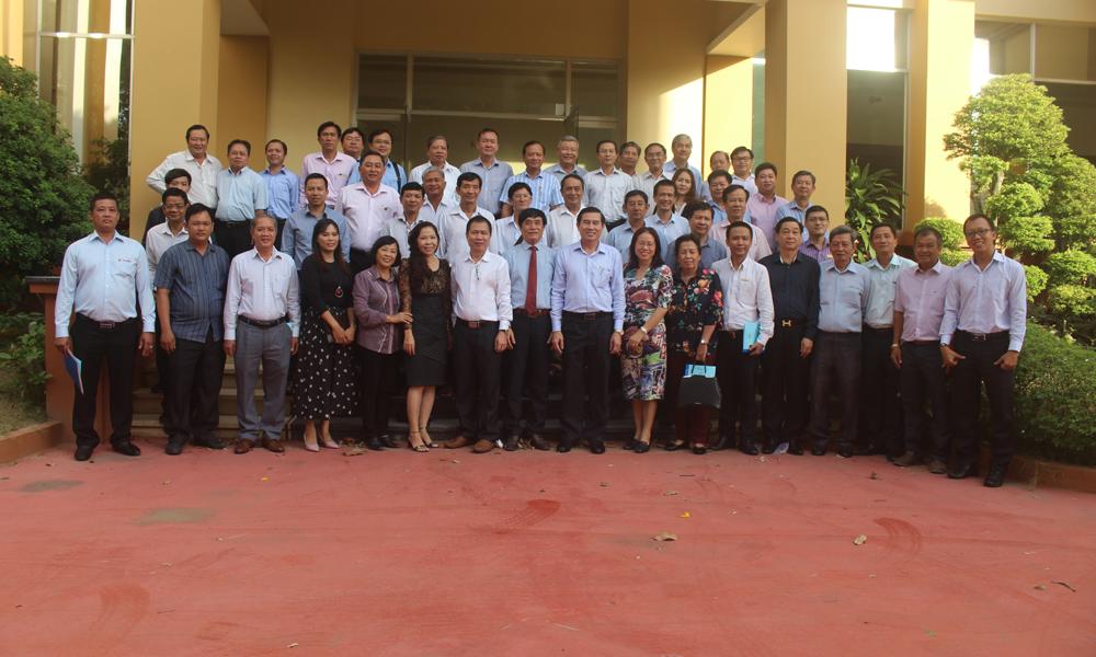 Chủ tịch UBND tỉnh Lê Văn Hưởng chụp hình lưu niệm cùng các DN.
