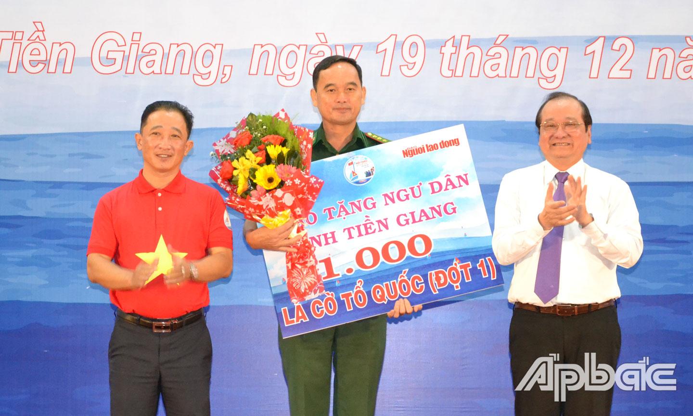 HHDN tỉnh phối hợp với Báo Người Lao Động trao tặng 1.000 lá cờ Tổ quốc cho ngư dân Tiền Giang.