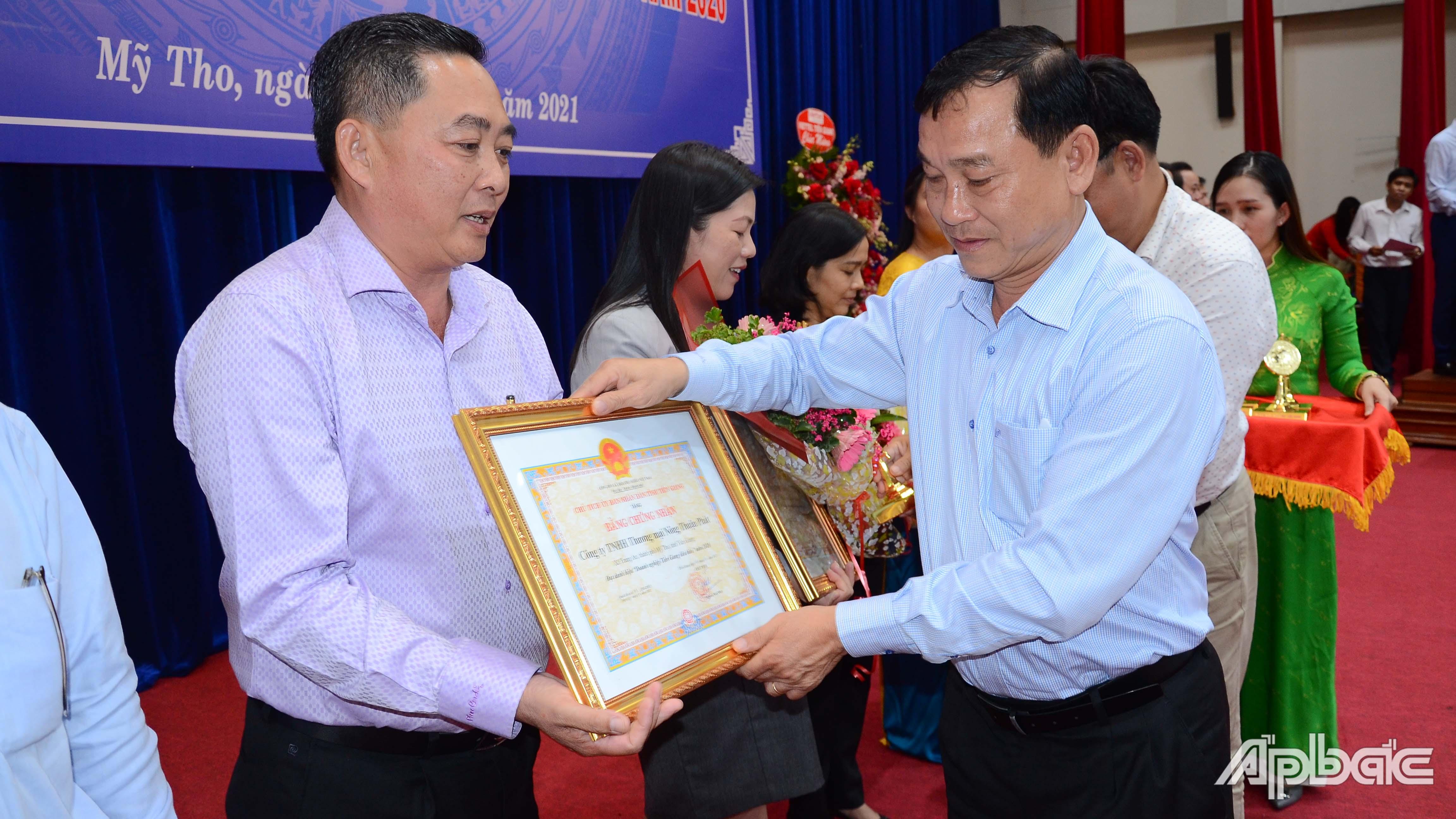 Lãnh đạo tỉnh tặng Bằng chứng nhận danh hiệu doanh nghiệp Tiền Giang tiêu biểu năm 2020.